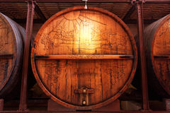 Tambores de vinho velhos na adega Fotografia de Stock Royalty Free