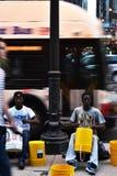 Tambores del juego de los ejecutantes de la calle en la avenida de Michigan fotos de archivo libres de regalías