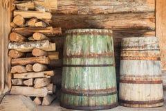 Tambores e lenha de madeira velhos Imagens de Stock