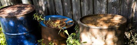 Tambores grandes rejeitados velhos com corrosão foto de stock royalty free