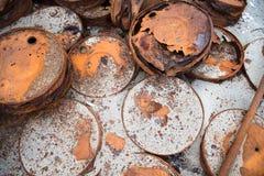 Tambores oxidados na costa Fotografia de Stock