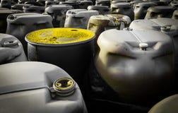 Tambores plásticos dos resíduos tóxicos na descarga Imagem de Stock