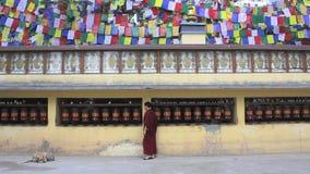 Tambores tibetanos de giro con mantras y el monje almacen de video