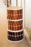 Tambores tradicionales como instrumento del musicak en mercado Imagen de archivo libre de regalías