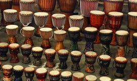 Tambores tradicionales, vendidos en un mercado en Johannesburgo imagenes de archivo