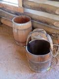 Tambores velhos da água da forma em uma cabana rústica de madeira Fotografia de Stock Royalty Free