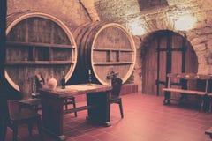 Tambores velhos do carvalho em uma adega de vinho antiga imagem de stock
