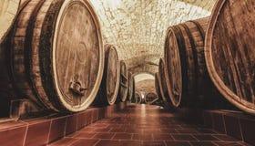 Tambores velhos do carvalho em uma adega de vinho antiga imagens de stock