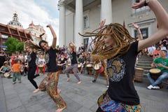 Tambores y baile del juego de los músicos Imagen de archivo