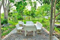 Tamborete da tabela e da pedra no jardim Foto de Stock Royalty Free