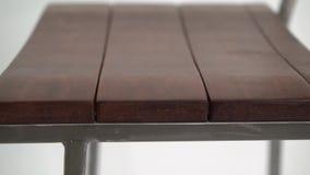 Tamborete de barra de aço no fundo branco filme
