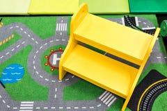 Tamborete de madeira amarelo da etapa da segurança para a criança foto de stock royalty free