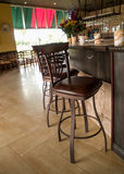 Tamboretes de barra no restaurante italiano fotos de stock