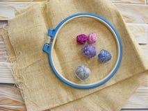 Tambour avec des fils pour le bleu et la violette de broderie Photos stock