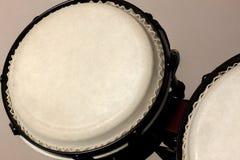 Tambour de bongo de foyer sélectif et fond de tache floue photographie stock libre de droits