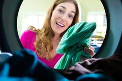 Tambour de machine à laver dans une laverie photographie stock