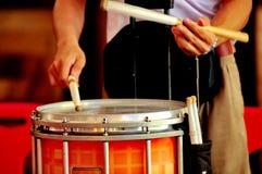 Tambour de piège de tambour de jeu de musique de jeu d'homme Photographie stock libre de droits