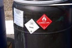 Tambour en plastique noir avec des déchets dangereux Images libres de droits
