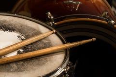 Tambour fonctionnant avec des bâtons de tambour, instrument de musique Images stock