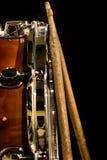 Tambour fonctionnant avec des bâtons de tambour, instrument de musique Photos stock