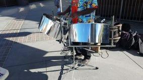Tambour métallique jouant sur la rue 4k banque de vidéos