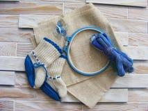 Tambour met draden voor borduurwerk met fopspenen en babyschoenen royalty-vrije stock foto's