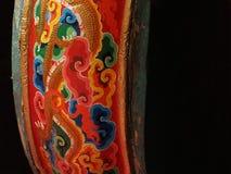 Tambour musical bouddhiste de prière : la surface latérale est peinte avec des couleurs lumineuses dans le style des modèles tibé Images libres de droits