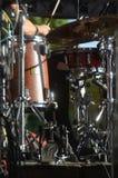 Tambour réglé avec quelques cymbales sur l'étape avant un concert vivant photos libres de droits