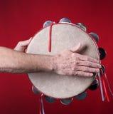 Tambourine gespielt auf Rot Stockfotos
