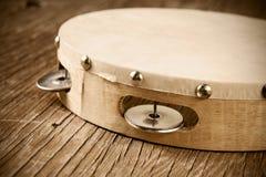 Tambourine na nieociosanym drewnianym stole, retro spojrzenie Zdjęcia Stock