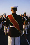 Tambourmajorführendes Militärband stockfotografie
