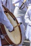 Tambours étant joués dans un festival religieux et populaire image libre de droits