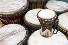 Tambours africains à la stalle du marché photographie stock libre de droits