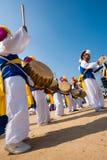 Tambours coréens traditionnels de groupe de danse de musique Images libres de droits