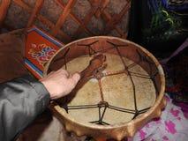 Tambours de chaman dans les mains des chamans rituel c?r?monie near photographie stock libre de droits