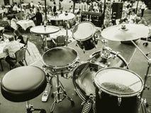 Tambours de concert au restaurant noir et blanc Image libre de droits