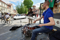 Tambours de jeu de musicien Images stock