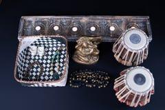 Tambours de Tabla à côté de statue de Lord Ganesha image stock
