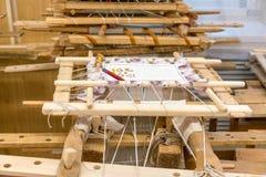 Tambours di legno per ricamo con i fili dorati e d'argento ad una scuola speciale per i embroieresses in una piccola città russa  fotografia stock