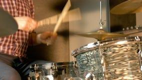 Tambours enregistrant dans le studio professionnel banque de vidéos
