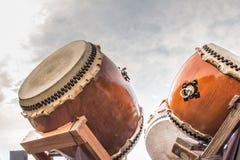 Tambours japonais cérémonieux de Taiko photographie stock