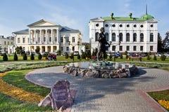 Tambov, Rusland - Juni 24, 2012: Monument aan de boer van Tambov in het park op achtergrond van mooie historische gebouwen Royalty-vrije Stock Fotografie