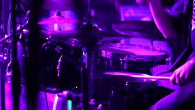 Tamburellando alle luci colorate Concerto del metallo colore del drumm archivi video