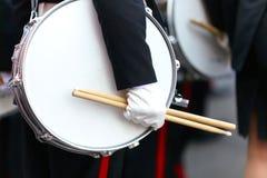Tamburelli con una mano e le bacchette sulla parata Immagine Stock