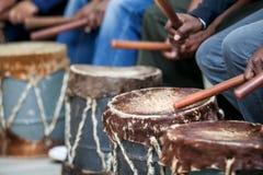Tamburi che sono colpiti con i bastoni Fotografia Stock Libera da Diritti