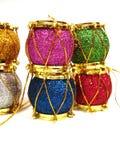 Tamburi colorati della decorazione di natale sopra priorità bassa bianca Fotografia Stock