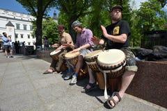 Tamburi del gioco del musicista Immagine Stock Libera da Diritti