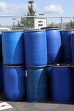 Tamburi di plastica vuoti per i prodotti chimici ad una posizione di riciclaggio Fotografia Stock