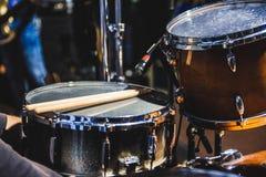 Tamburi e bacchette sulla fase di musica Fotografia Stock