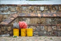 Tamburi gialli della pittura che aspettano per essere ricordato fotografia stock